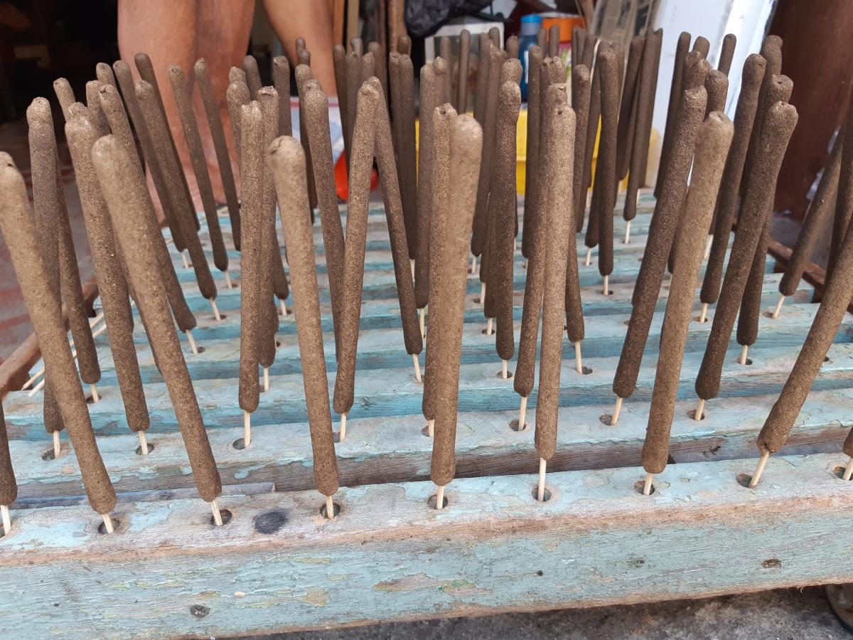 古都ジョージタウンの匠の技に触れる アガーウッドとサンダルウッドのインセンス The Joss Stick Maker